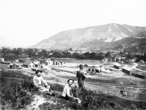 Mieszkańcy Sarajeva i żołnierz Domobrany odpoczywają przy odbudowie dworca kolejowego Žepče